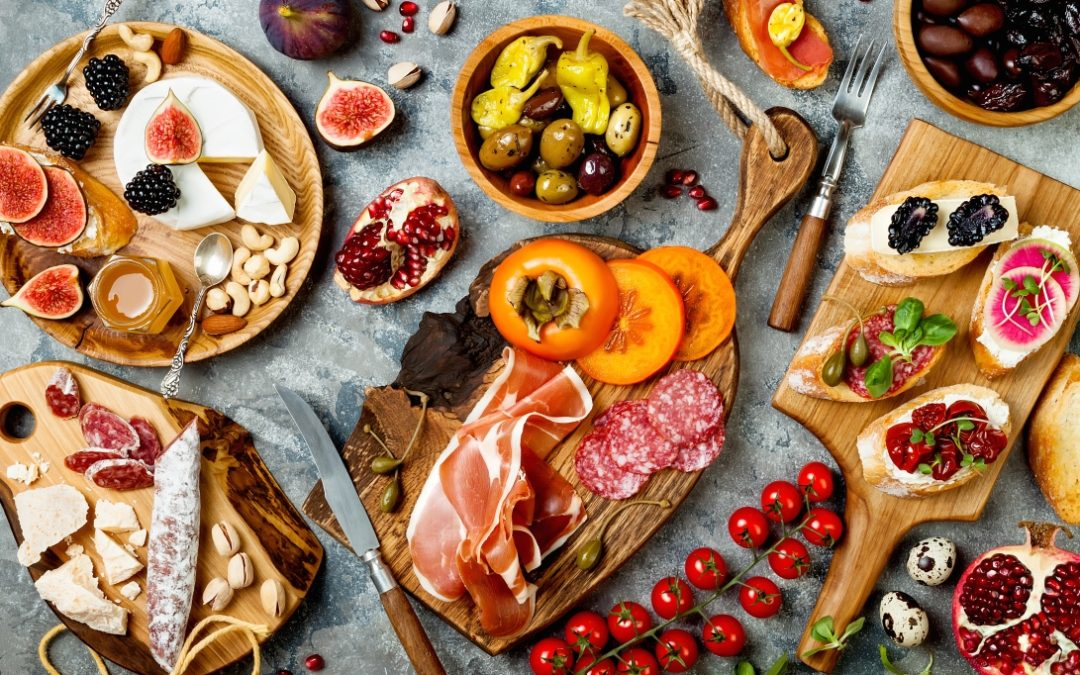 I DO NOT KNOW HOW TO ARRANGE A GOOD LOOKING CHARCUTERIE BOARD